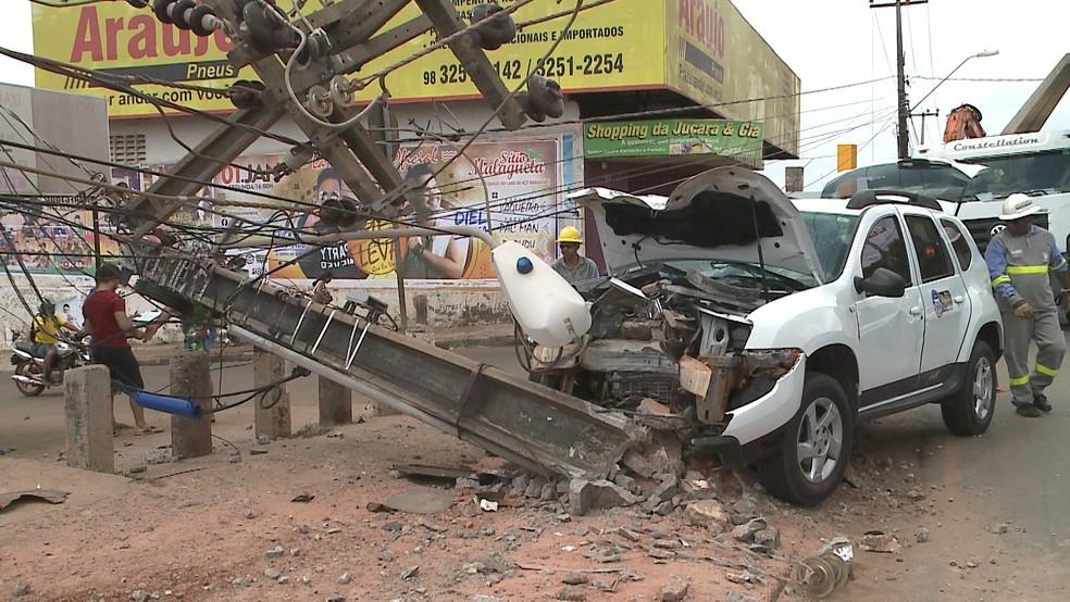 Acidente na MA-201 destruiu um poste e a dianteira de um veículo durante o Ano Novo. (Foto: Reprodução/TV Mirante)