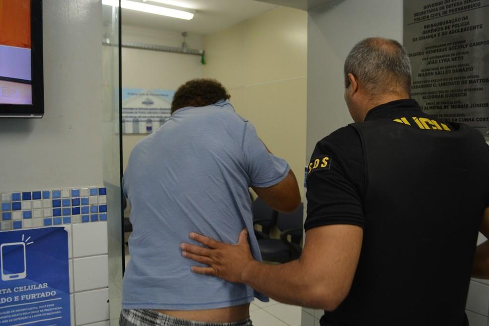 Homem preso em flagrante durante operação de combate à pornografia infantil no Grande Recife, nesta quinta-feira (17) (Foto: Edesio Lemos/Polícia Civil de Pernambuco)