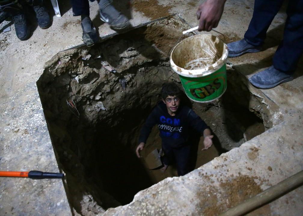 Homem em túnel na cidade de Hamouriyeh, controlada pelos rebeldes (Foto: Reuters/Bassam Khabieh)
