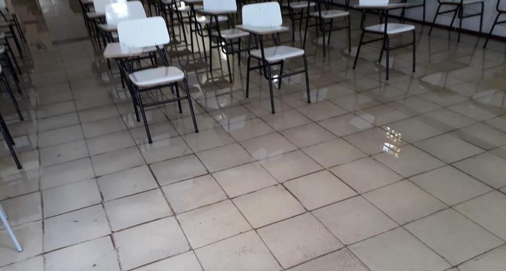 Rio transbordou durante a chuva que caiu entre a noite de segunda-feira (6) e a madrugada desta terça-feira (7) e causou alagamentos em várias ruas de Maragogipe, no recôncavo da Bahia. — Foto: Ascom Maragogipe