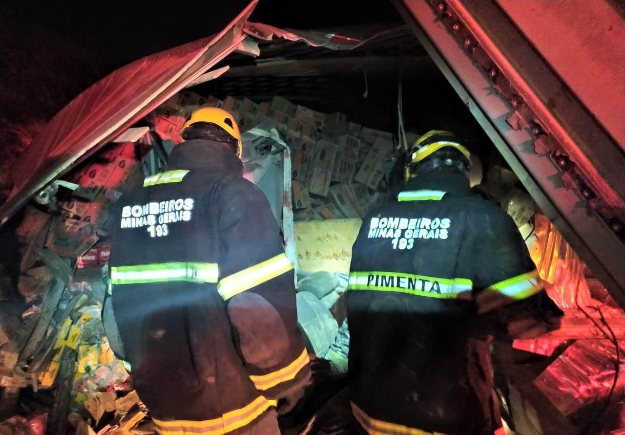 Carreta tomba e carga cai em cima de carro na BR-251; um homem morreu e dois ficaram feridos - Notícias - Plantão Diário