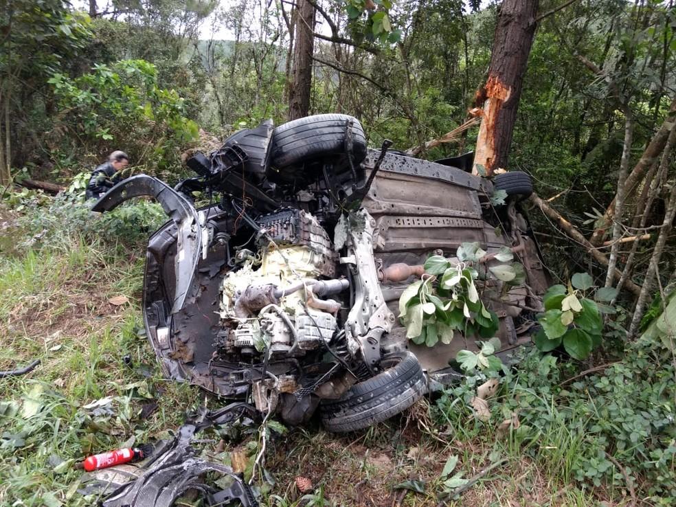 Carro ficou completamente destruído em acidente na BR-470 — Foto: PRF/Divulgação