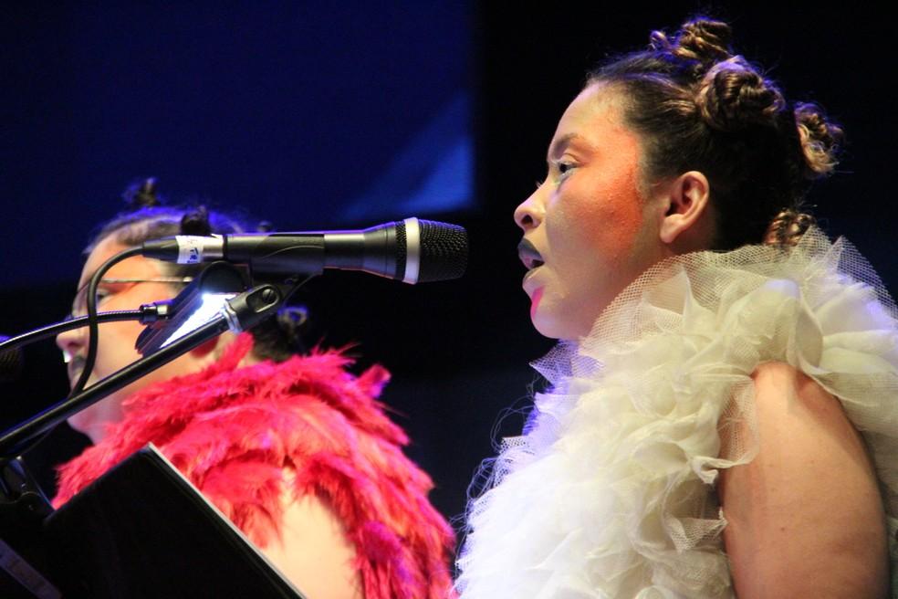 Membros do espetáculo usaram pinturas faciais e figurinos inspirados na cantora islandesa (Foto: Rickardo Marques/G1 AM)