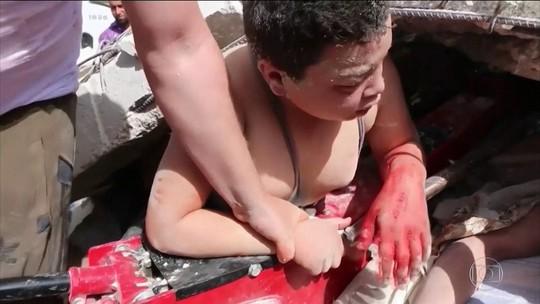 Imagens emocionantes mostram uma criança sendo resgatada de escombros na Síria