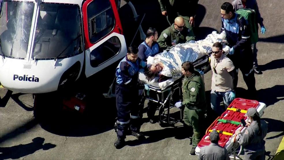 Jair Bolsonaro é levado até ambulância para ser transferido ao hospital Albert Einstein, em São Paulo (Foto: Reprodução/TV Globo)