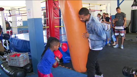 """Astro de Creed e Pantera Negra visita academia de boxe em SP: """"Carinho importante"""""""