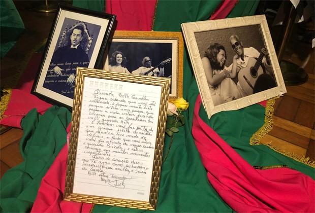 Caixão de Beth Carvalho foi decorado com a bandeira da Mangueira e porta-retratos com fotos da carreira e uma carta de Lula (Foto: QUEM)