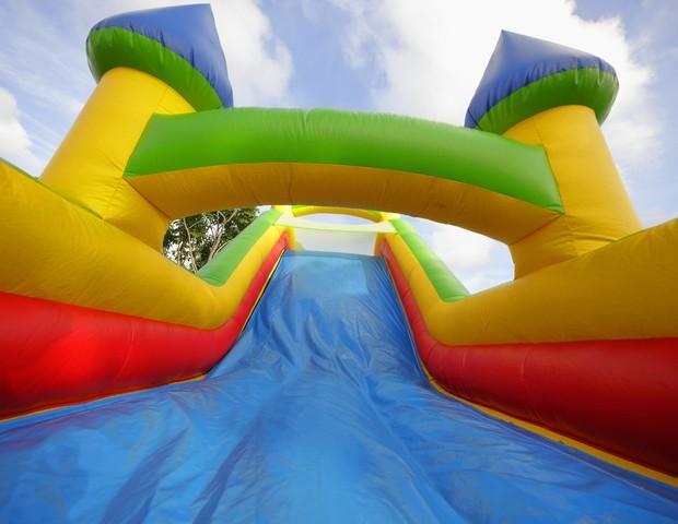 Castelo inflável semelhante a este foi arrastado por rajada de vento e criança que estava no brinquedo não resistiu (Foto: ThinkStock)