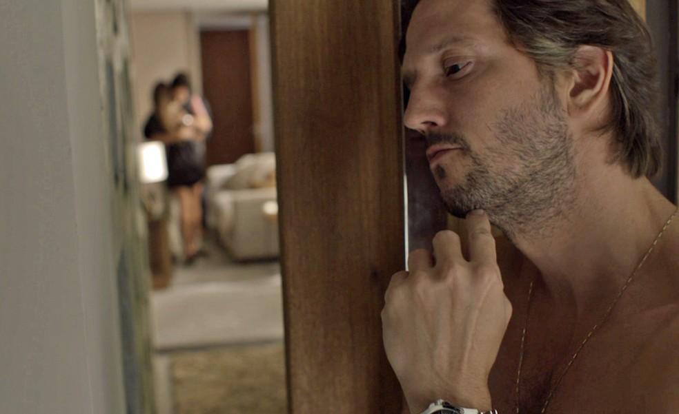 Remy fica bem ligado no papo entre Karola, Valentim e Beto (Foto: TV Globo)