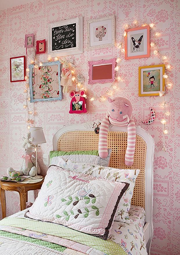 Parece um tecido bordado, mas é papel de parede. Delicado e cor-de-rosa, ele enfeita o quarto de Manuela, de 3 anos. Projeto da arquiteta Monica Drucker (Foto: Lufe Gomes/Casa e Jardim)