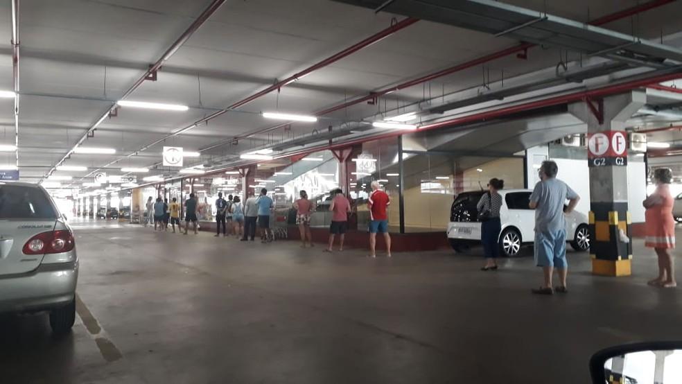 Fila de clientes aguardando para entrar em supermercado na Grande Natal — Foto: Fred Carvalho