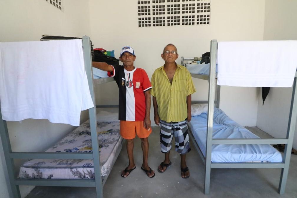João Batista e Edmar Souza eram vizinhos no Holiday e permanecem lado a lado em quarto de abrigo municipal — Foto: Marlon Costa/Pernambuco Press