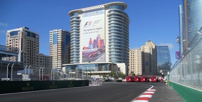 Entrada da curva 1, a primeira depois de mais de 30 segundos de pé em baixo e os carros atingirem 340 km/h Circuito de Baku Azerbaijão Formula 1 (Foto: Livio Oricchio)