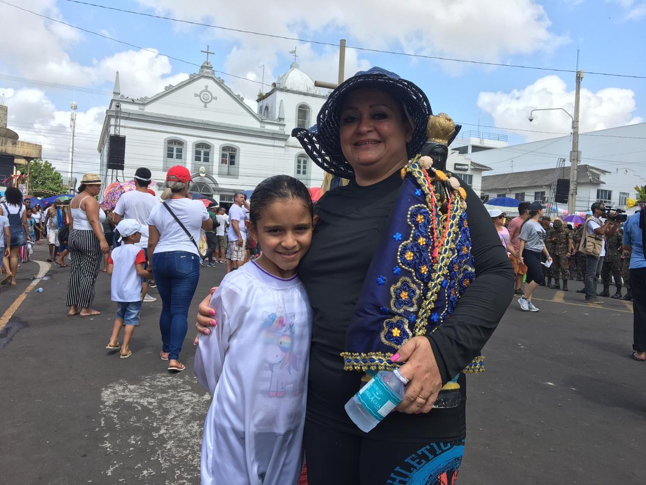 Pela saúde da filha, mãe completa 10 anos de procissão do Círio: 'Iriam desligar o aparelho dela' - Notícias - Plantão Diário