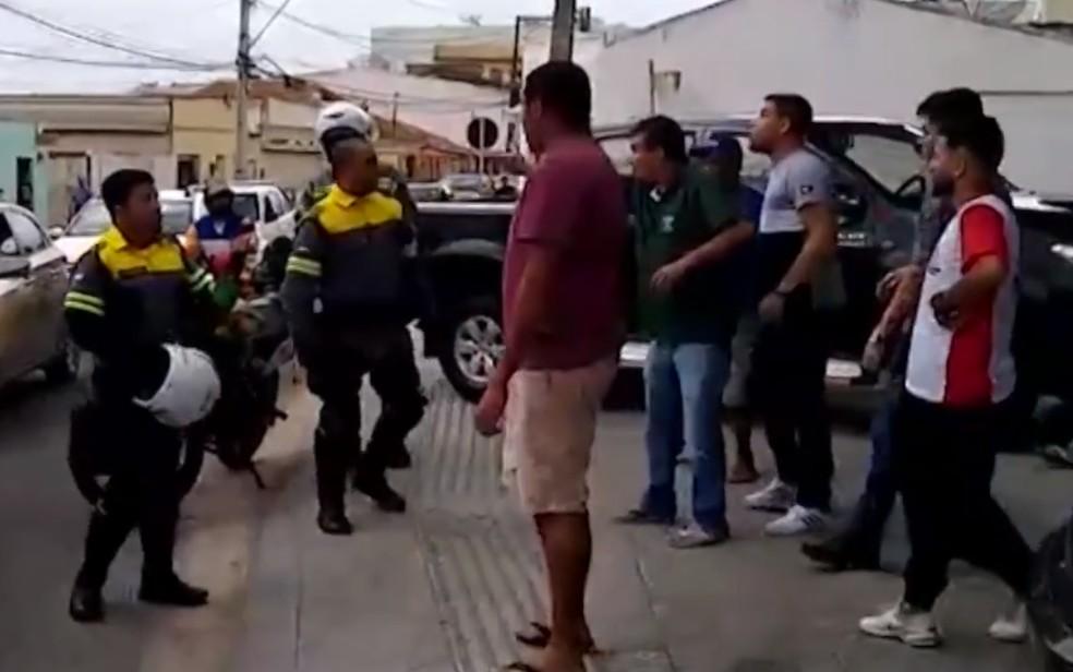 Homens agridem agentes de trânsito após um deles ter estacionado em local proibido na BA — Foto: Reprodução/BMD