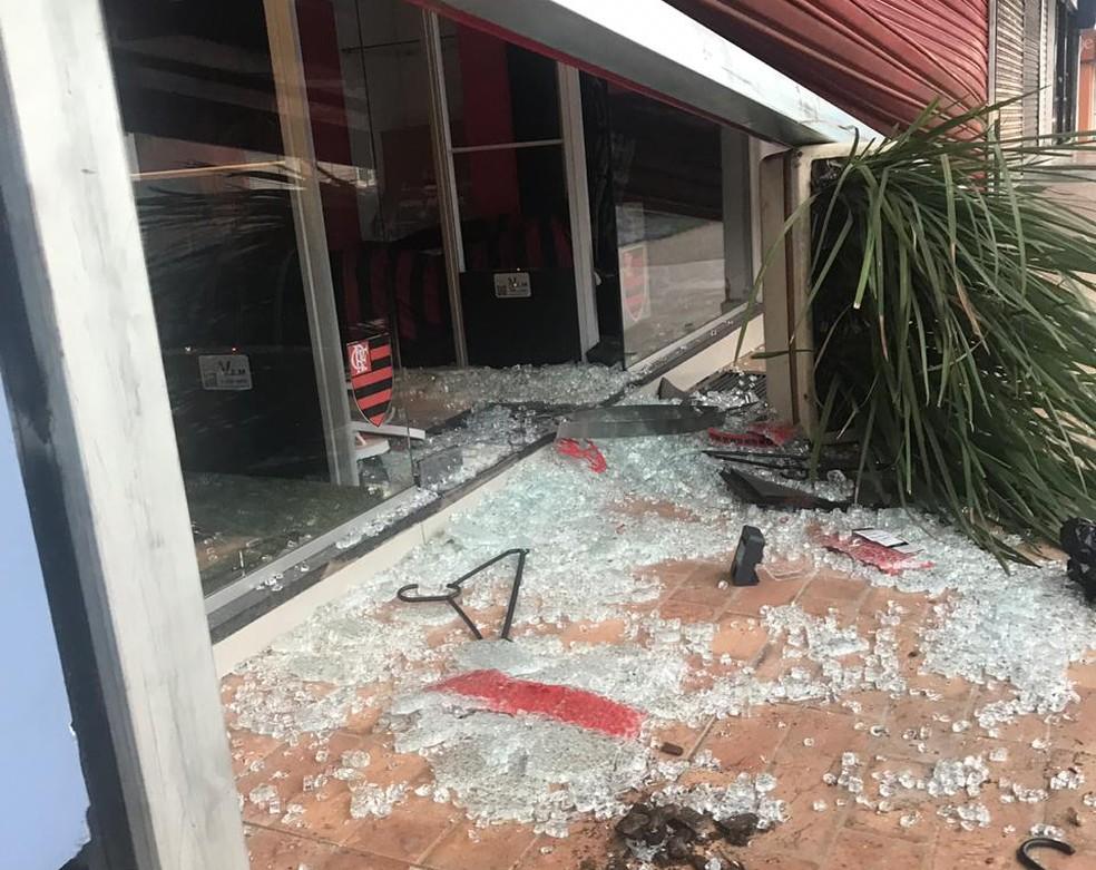 Vidro quebrado em loja do Flamengo, em Brasília; cabides e estilhaços ficaram espalhados pelo chão — Foto: Arquivo Pessoal