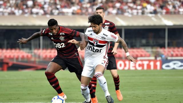 Rodinei disputa a bola com Alexandre Pato