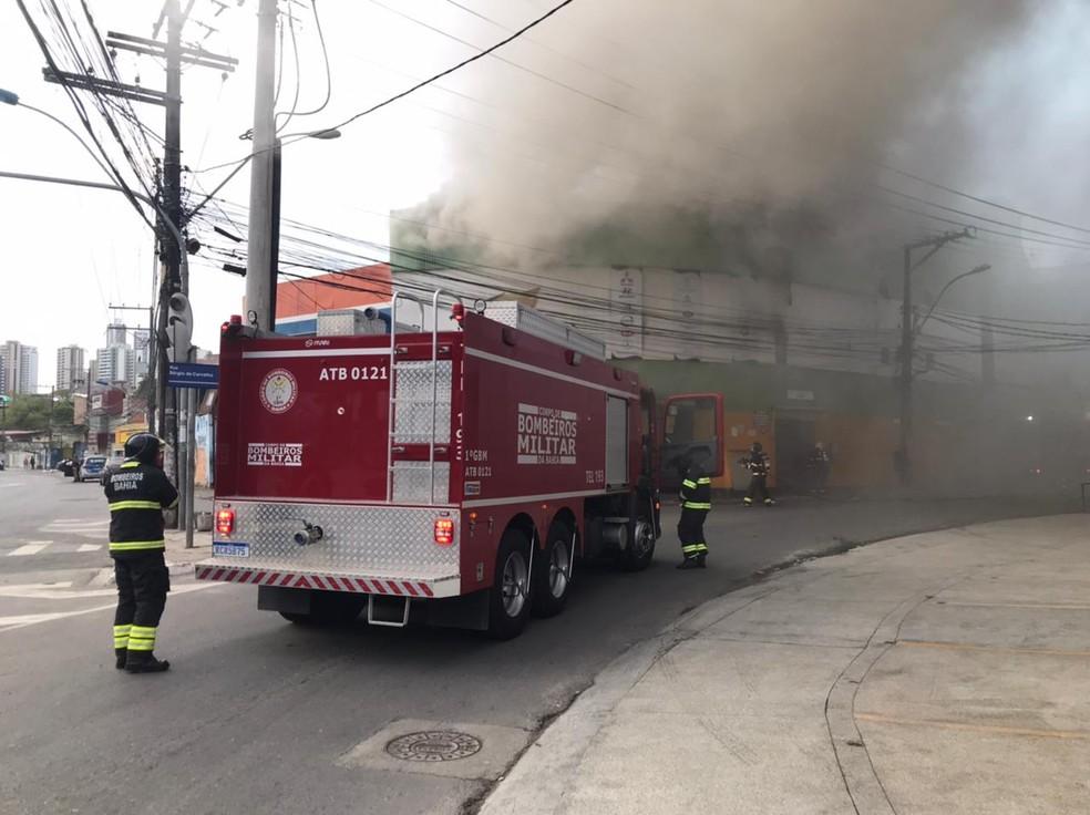 Loja pega fogo no Vale da Muriçoca, em Salvador  — Foto: Muller Nunes/TV Bahia
