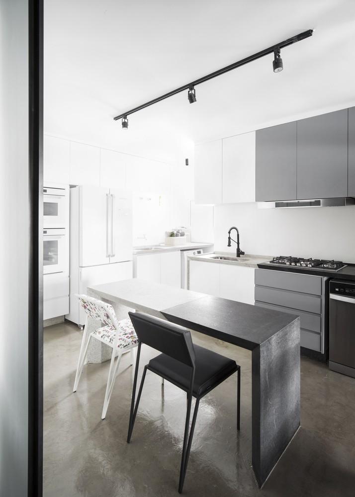 Décor do dia: cozinha com decoração monocromática e tons de cinza (Foto: Carolina Lacaz)