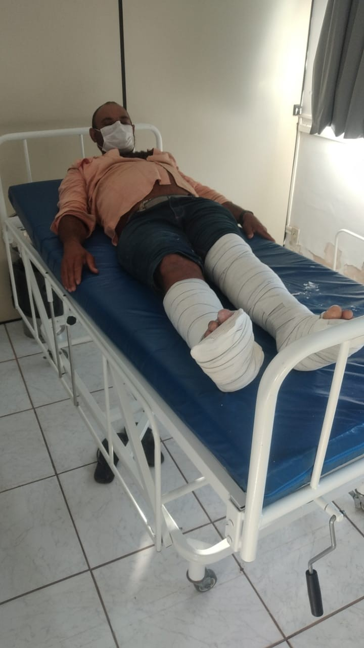 Pedreiro está em estado grave após cair de telhado, quebrar as pernas e aguarda há 28 dias por cirurgia em MT