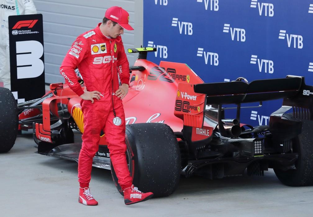 Charles Leclerc examina carro da Ferrari após corrida na Rússia — Foto: Reuters