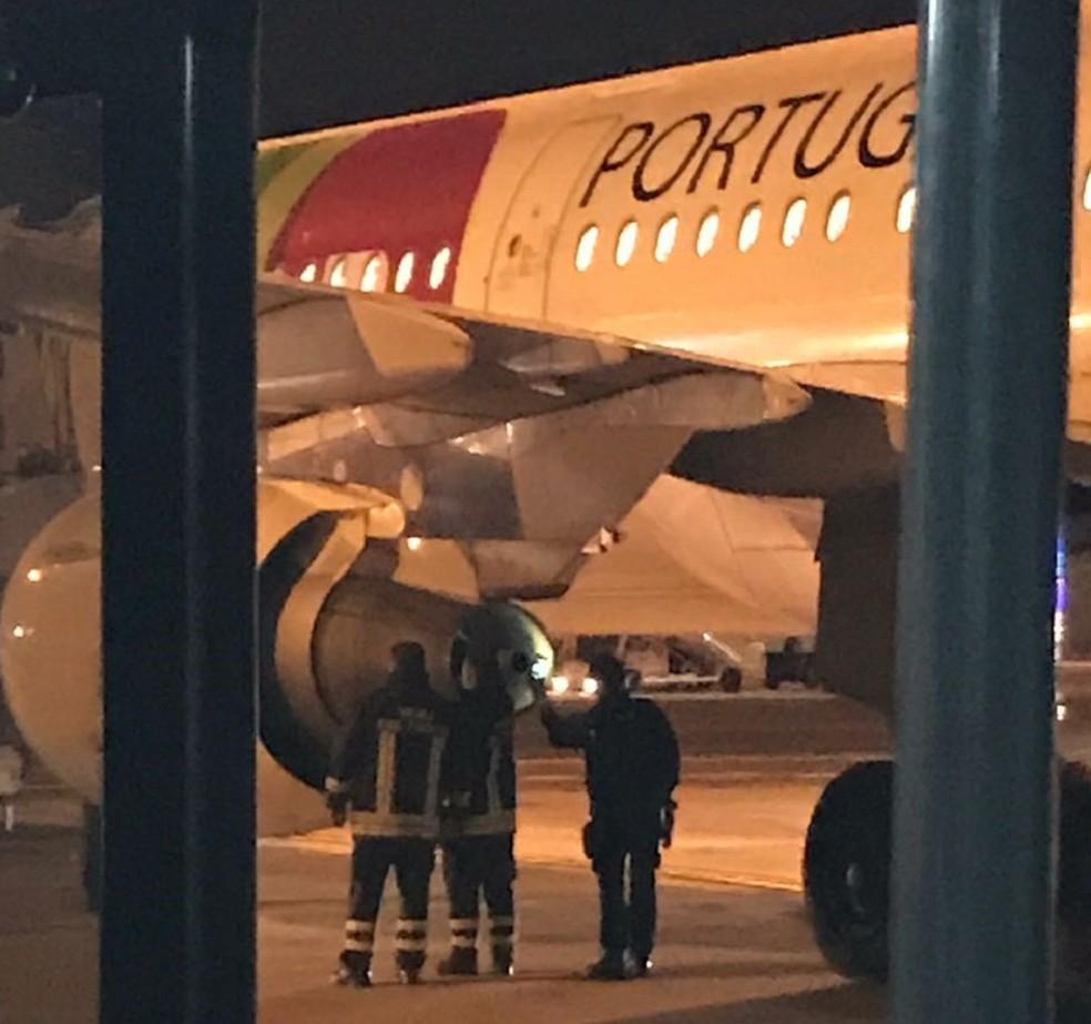 No aeroporto de Roma, técnicos avaliam turbina de avião da TAP que teria apresentado problema durante voo (Foto: Padre Alcimário Pereira)