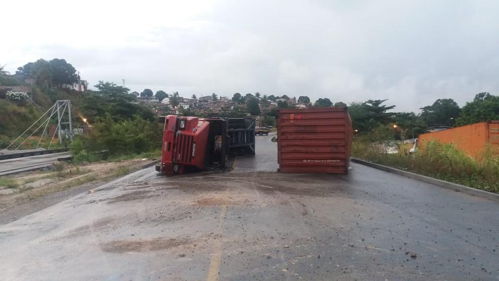 Carreta tombou na BR-101, próximo a UPA do Ibura, na Zona Sul do Recife, na madrugada desta segunda-feira (7) — Foto: PRF/Divulgação