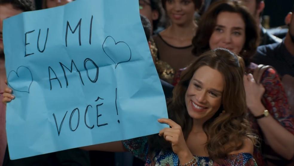 Tancinha (Mariana Ximenes) se declara para Apolo (Malvino Salvador) no evento de assinatura do contrato - 'Haja Coração' — Foto: Globo