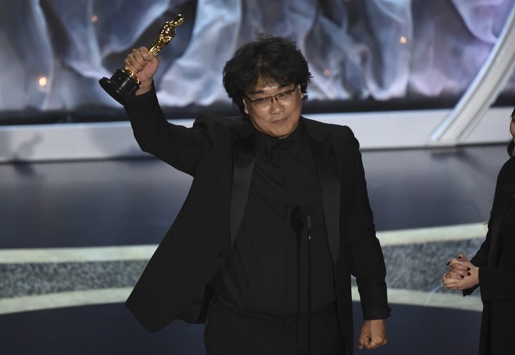 Bong Joon Ho recebe o Oscar de melhor filme internacional por 'Parasita' — Foto: Chris Pizzello/AP