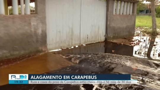 Ruas e casas de bairro de Carapebus, RJ, estão alagadas há mais de 30 dias