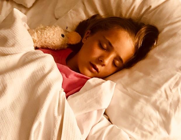 Menina dormindo com pato de pelúcia (Foto: Sam K/Pexels)