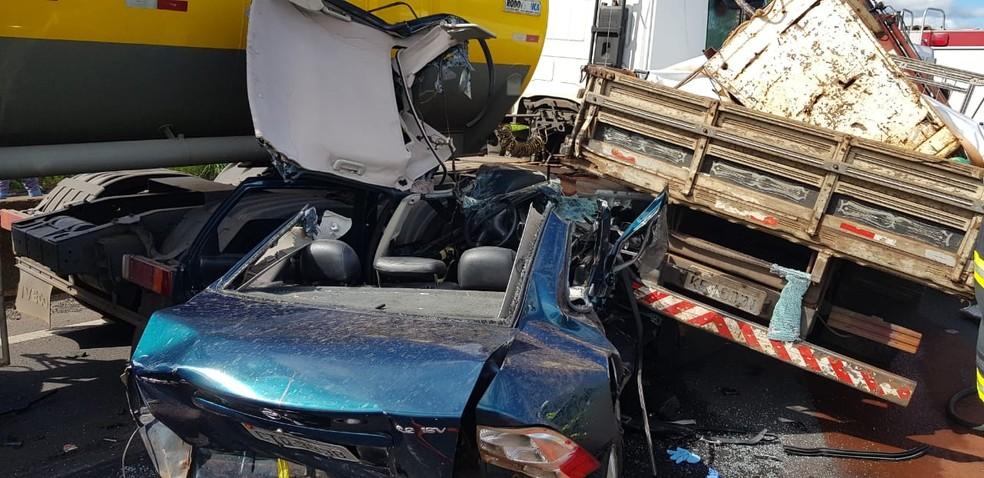 Acidente com quatro veículos deixa feridos em rodovia  — Foto: Divulgação/Corpo de Bombeiros