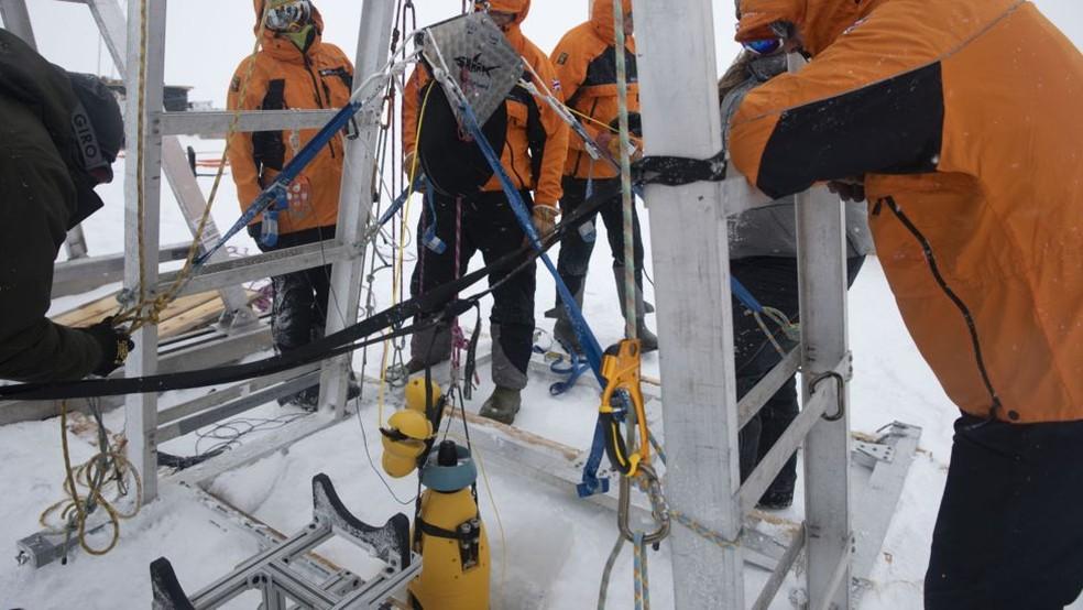 Pesquisadores perfuram gelo na Antártica — Foto: BBC