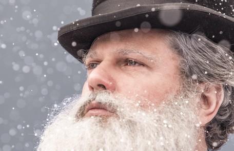 Selton Mello com barba postiça, lentes de contato e maquiagem para viver Dom Pedro II em 'Nos tempos do imperador' João Miguel Júnior/ TV Globo