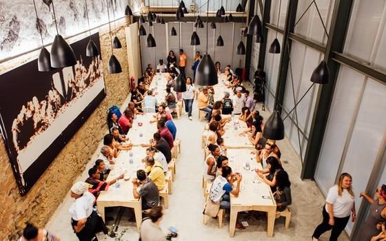 A sede do Refettorio Gastromotiva, na Lapa, região central do Rio, vive lotada  (Foto: Divulgação)