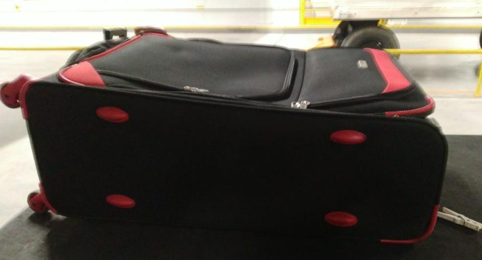 Droga estava em um fundo falso da mala. Passageira foi presa. — Foto: Divulgação/PF