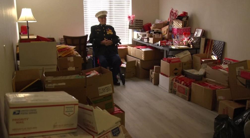 William White em meio às caixas com os cartões que recebeu — Foto: Reprodução/Reuters