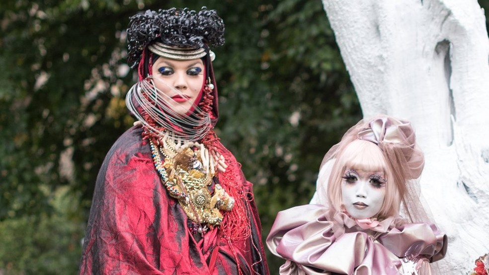 'Obras de arte vivas': o artista britânico Daniel Lismore se encontra com Minori (Foto: Emily Valentine)
