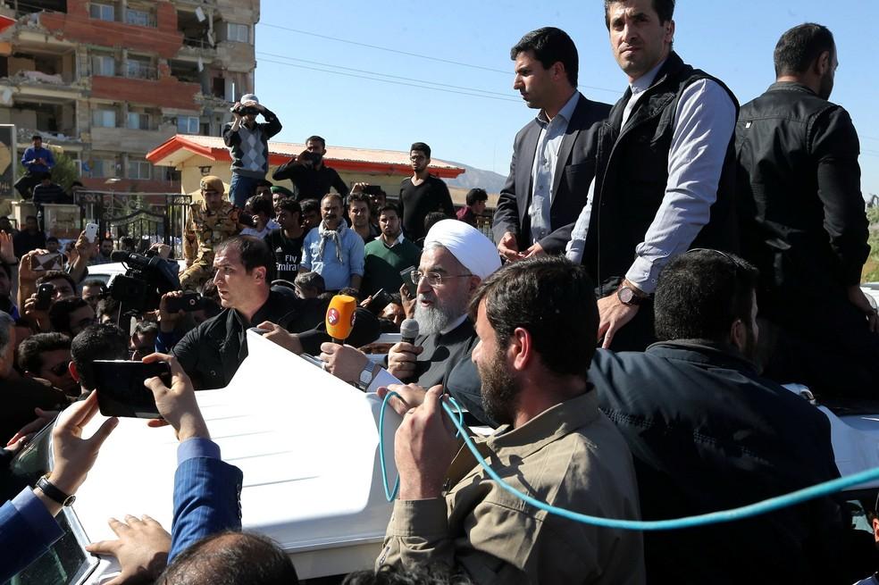 Presidente iraniano, Hassan Rohani, discursa em frente a prédio destroçado em Sarpol-e Zahab, uma das cidades mais atingidas pelo tremor (Foto: President.ir/Divulgação/Reuters)