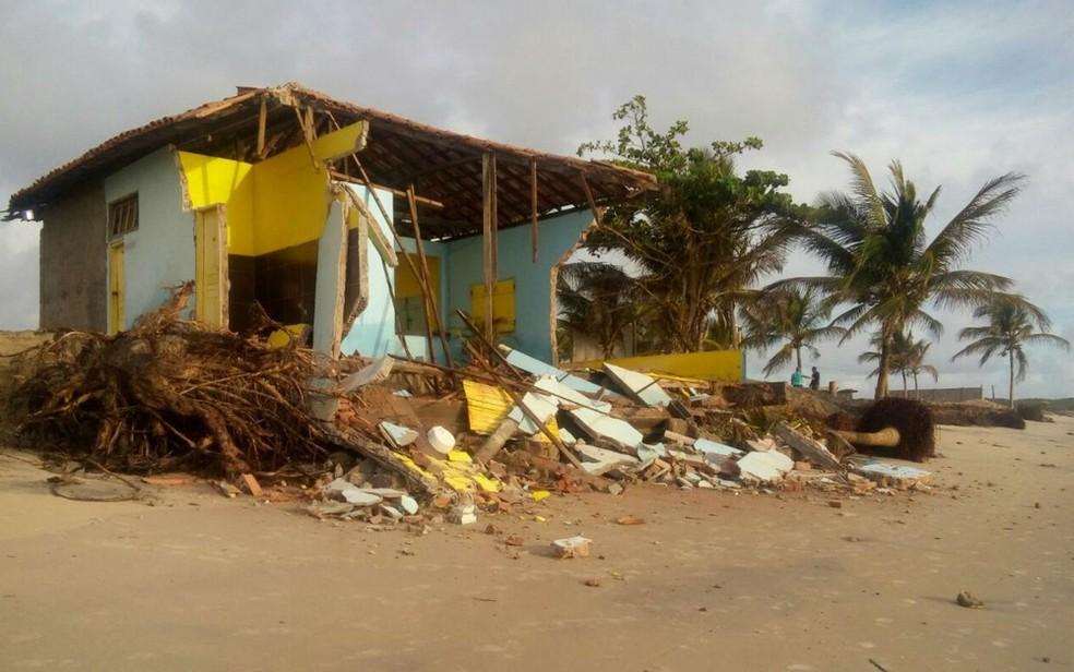 Barraca foi destruída pelo mar em Belmonte (Foto: Secretaria do Meio Ambiente de Belmonte/ Divulgação)