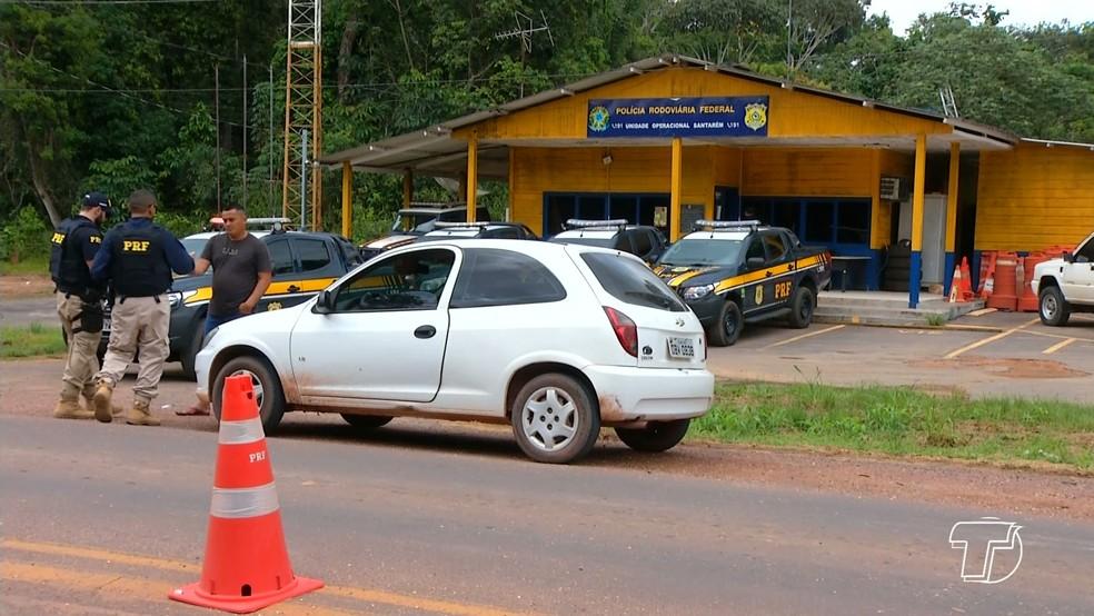 -  Os policiais realizam abordagens a motoristas para verificar documentações e fazer o exame de dosagem alcoólica  Foto: Reprodução/TV Tapajós