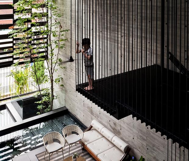 Décor do dia: área social com pé direito alto e piscina (Foto: Ong Eu Ho Fabian)