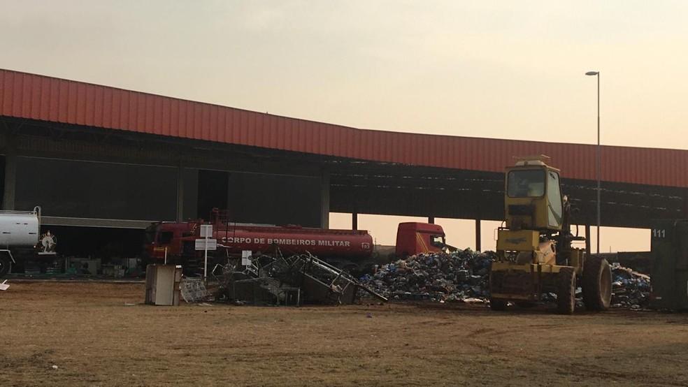 Montanha de produtos retirados com a ajuda de retroescavadeira em local de incêndio — Foto: Luana Rodrigues/TV Morena