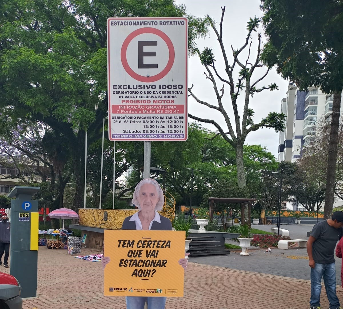 Chapecó instala placas sobre uso de vagas exclusivas no trânsito: 'Tem certeza que vai estacionar aqui?'