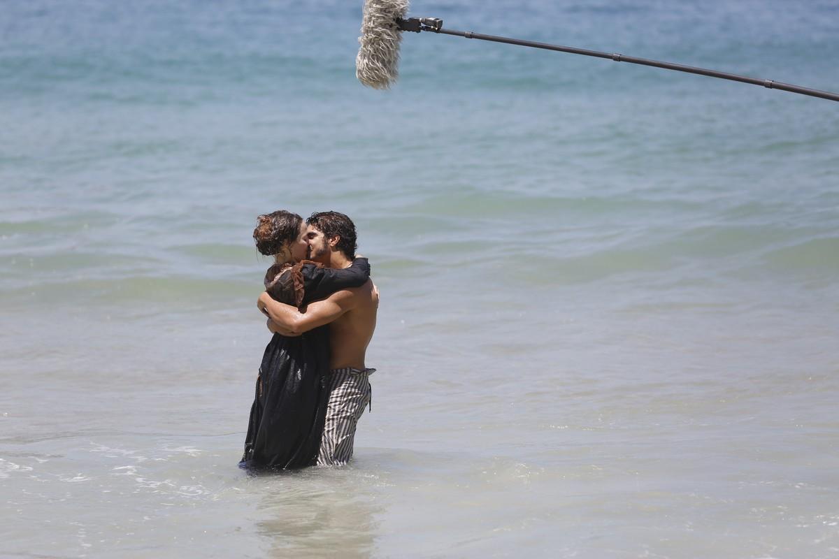 Caio Castro, Chay Suede e Letícia Colin gravam cenas de 'Novo Mundo' em  praia   Bastidores