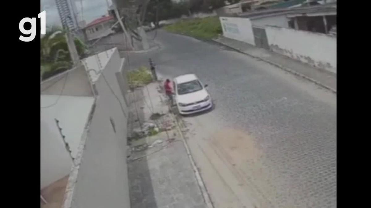 Câmera de segurança flagra homens arrombando carro em Caruaru; veja vídeo