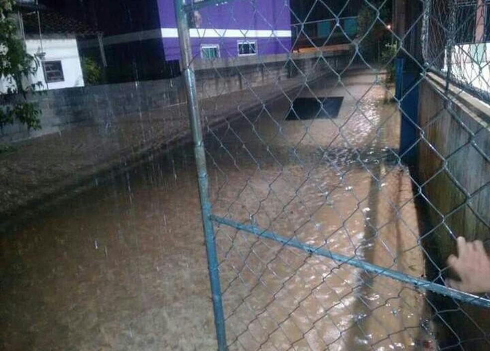 Escola municipal no Sana, em Macaé, RJ, ficou alagada com a chuva (Foto: Arquivo Pessoal/John Victor Pacheco)