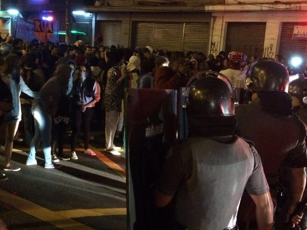 PMs com escudos em frente a manifestantes (Foto: Glauco Araújo/G1)