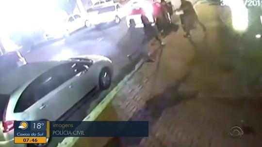 Homem morre e irmão é ferido a tiros por guarda municipal à paisana em Novo Hamburgo; veja vídeo