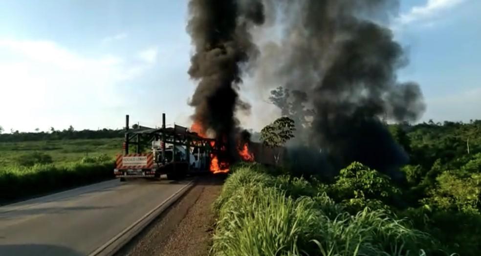Dois motoristas morrem em acidente entre carretas na BR-010, no sudeste do Pará — Foto: Divulgação/PRF